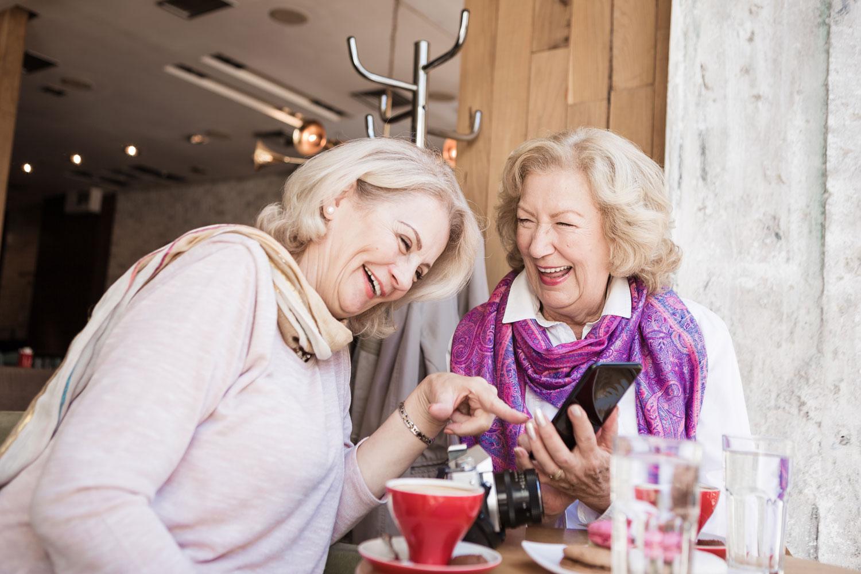To venninner som morer seg på kafe