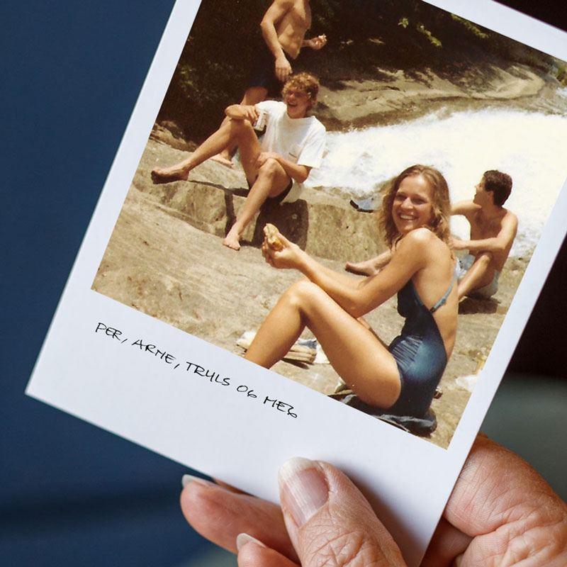 Eldre polaroidbilde av blide unge mennesker